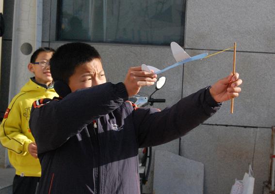 我校同学在纸飞机模型比赛中获奖