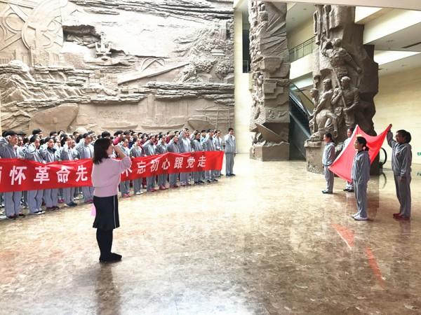 朱静书记带领新团员宣誓