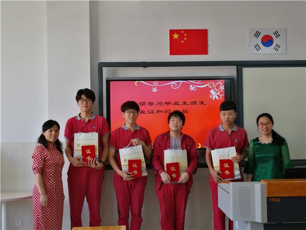 王梅副校长为毕业生颁发证书