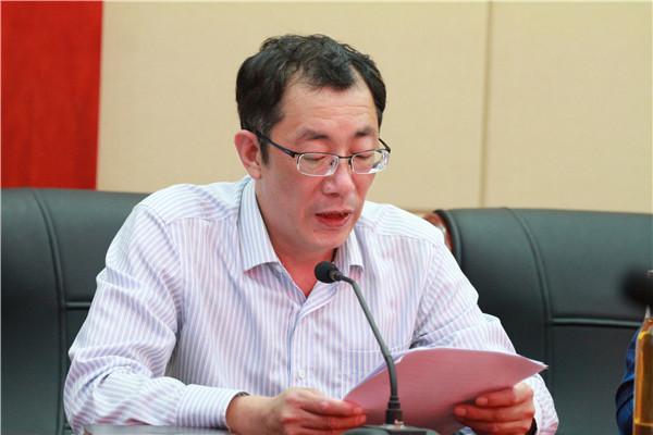 校党委副书记、纪委书记祁昌永宣读学习材料