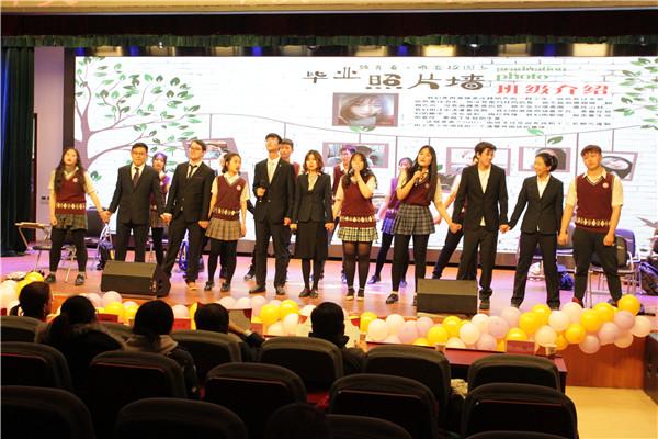 中美班学生表演《海连东路的日子》