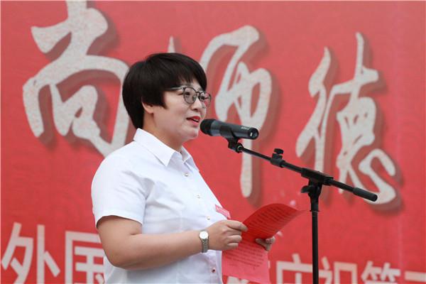 教师代表伏小芳发言
