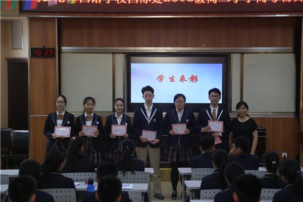 王梅副校长为获奖同学颁奖