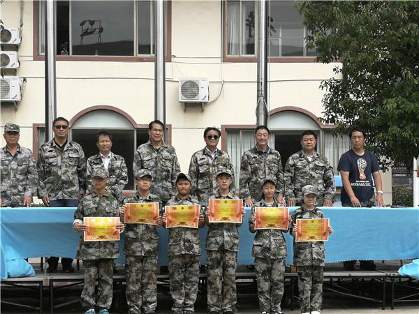 校领导为军训中表现突出的学生颁奖