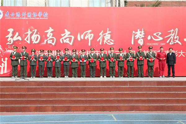 徐校长为十一届国旗班成员颁发证书