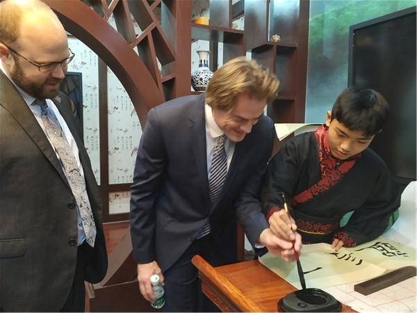 外宾们参观我校外语课程基地并感受中国传统文化