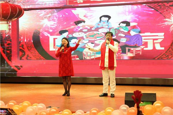 徐进利校长和张雪梅副校长合唱《常回家看看》