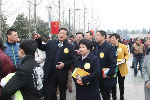 市领导在徐进利校长的陪同下,亲临活动现场