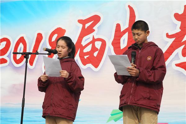 七(17)班同学主持升旗仪式