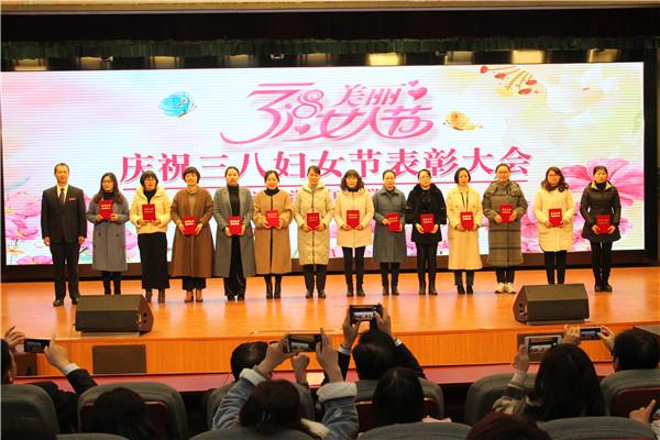 校领导为获表彰女教师颁奖