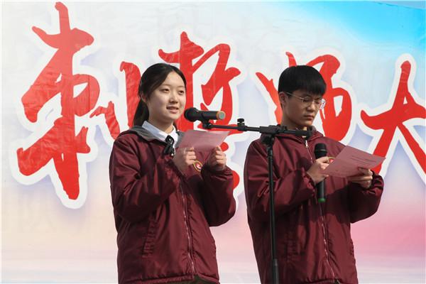 高二(1)班同学主持升旗仪式