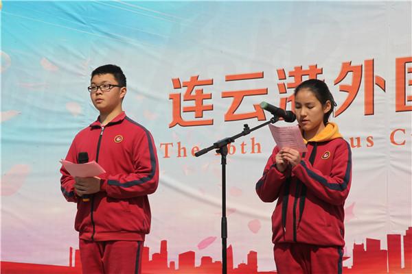 八(2)班黄逸涵、李俊颉同学主持升旗仪式