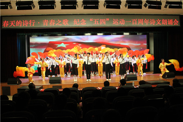 我校七年级学生表演《少年中国说》