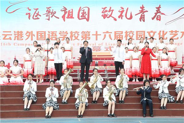 徐进利校长与师生们同台演唱《我和我的祖国》