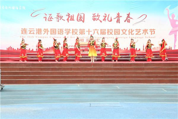新疆伊犁霍尔果斯市培训班的老师们表演舞蹈《古丽》