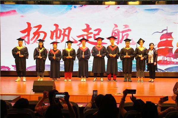 校领导为毕业生颁发毕业证书