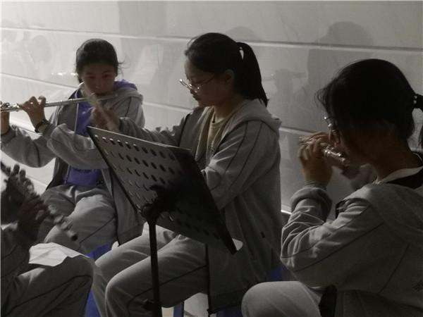 学生在演奏管乐