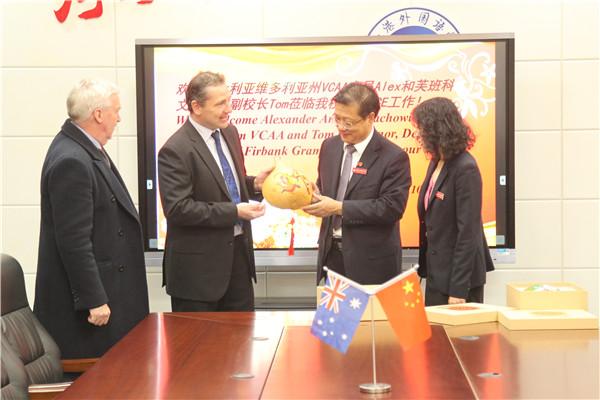 我校领导在行政楼三楼会议室接待澳大利亚来宾并赠品纪念品