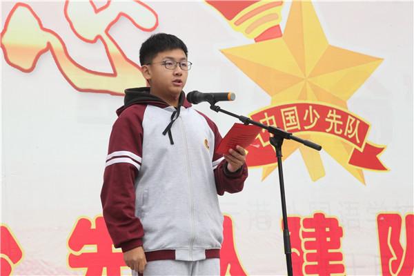 高一(3)班陈俊达同学主持升旗仪式
