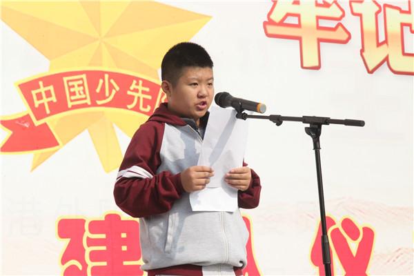 七(18)班王悦如同学主持升旗仪式