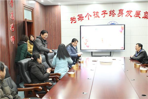 徐进利校长为每位寿星送上了生日祝福和精心准备的贺卡