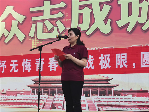 王梅副校长做国旗下讲话