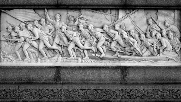 人民英雄纪念碑浮雕设计《胜利渡长江》