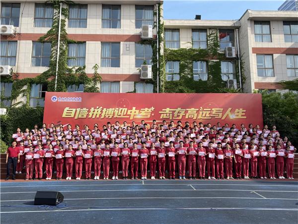 党委书记徐进利为优秀毕业生颁发证书