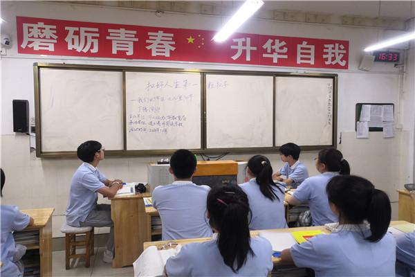 学生听取九九重阳节主题广播宣讲